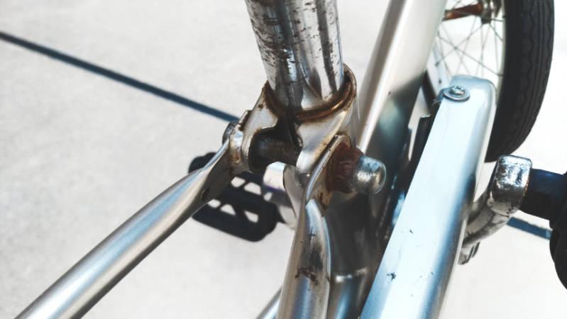 自転車 サドル固定ピン シートピン 交換前の写真