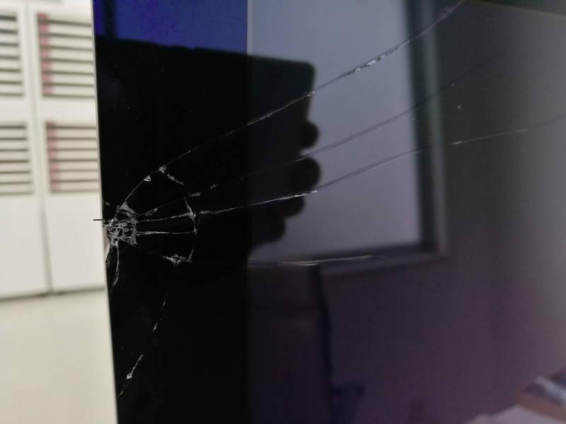 iMAC 地震で倒れて画面が破損 -1-