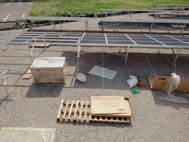空き地に太陽光発電パネル -1-