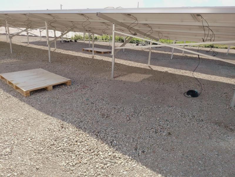 空き地に太陽光発電パネル -2-
