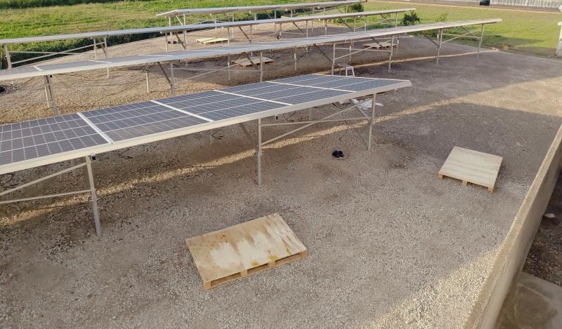 空き地に太陽光発電パネル -4-_